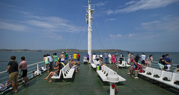 Un traghetto in navigazione sullo stretto di Kerch