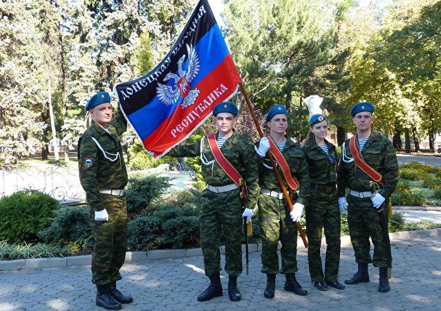 Partecipanti alla parata militare a Donetsk