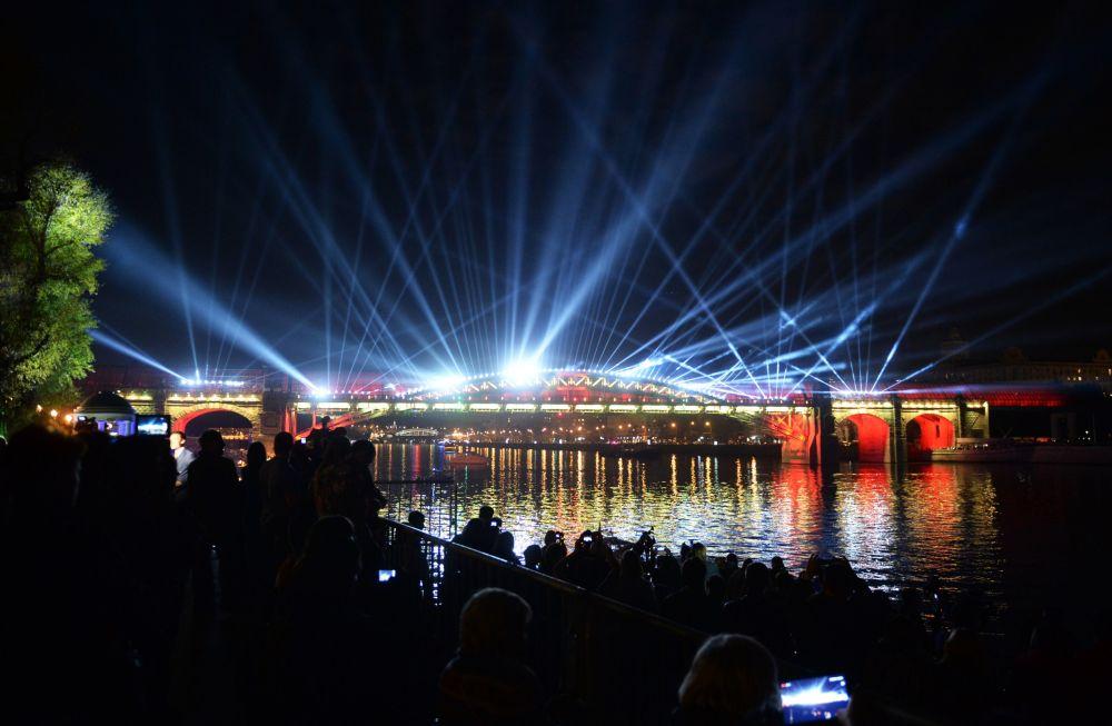 Lo show di luce al ponte pedonale Andreevskij durante la cerimonia dell'apertura del Festival internazionale di Mosca Circolo di luce.