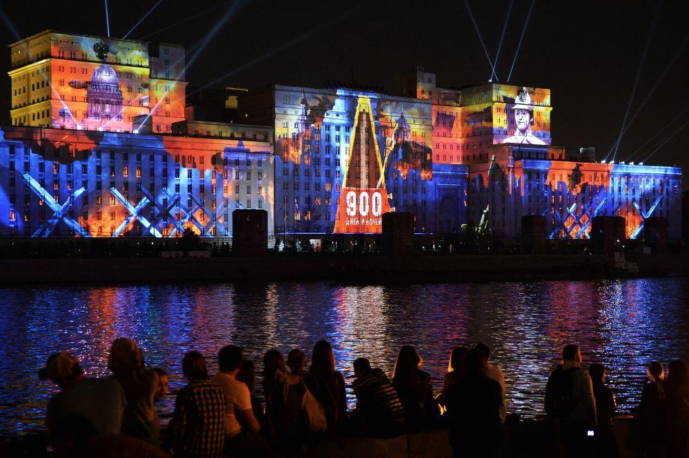 Lo show di luce agli edifici del Ministero della Difesa russo a Mosca.