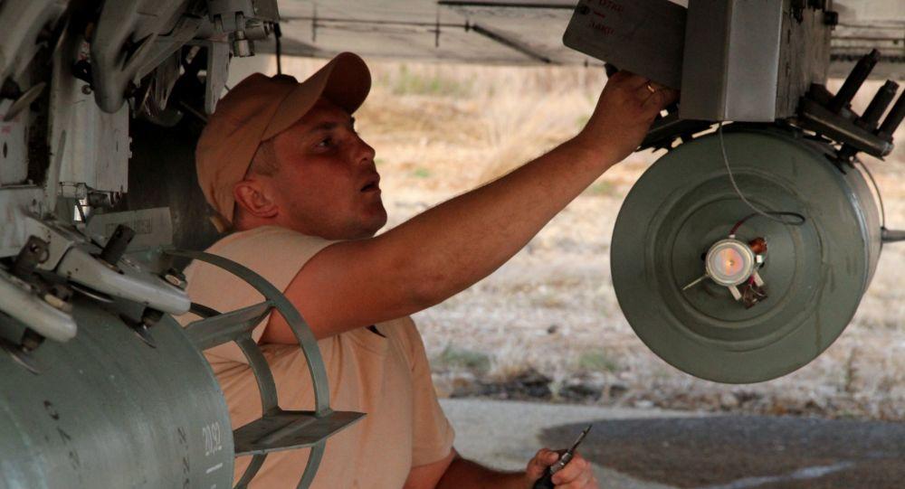 Il personale tecnico alla manutenzione dell'aereo russo nell'aeroporto Hmeimim in Siria.