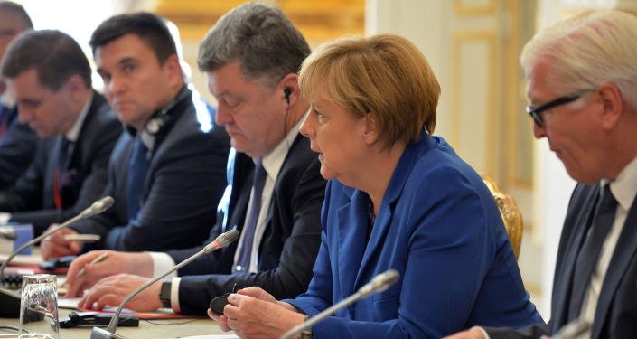 Angela Merkel e Petr Poroshenko durante i colloqui di Parigi (venerdì 2 ottobre)