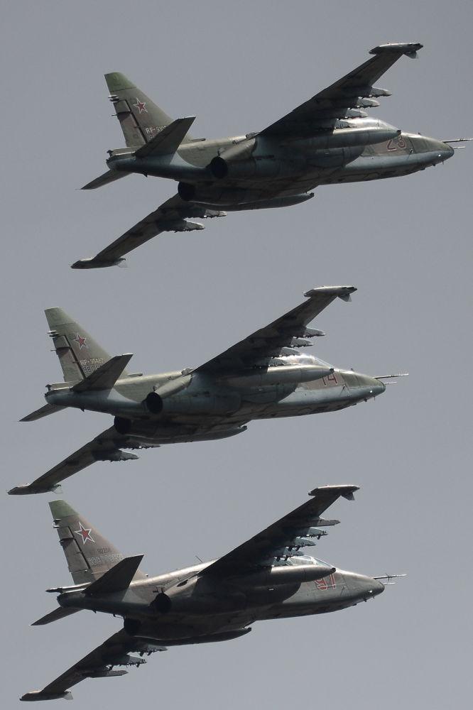 Gli aerei d'assalto Su-25.