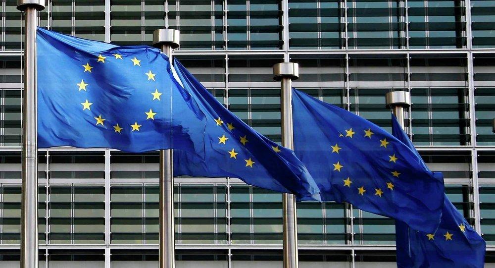 Bandiere dell'Unione Europea di fronte agli uffici a Bruxelles