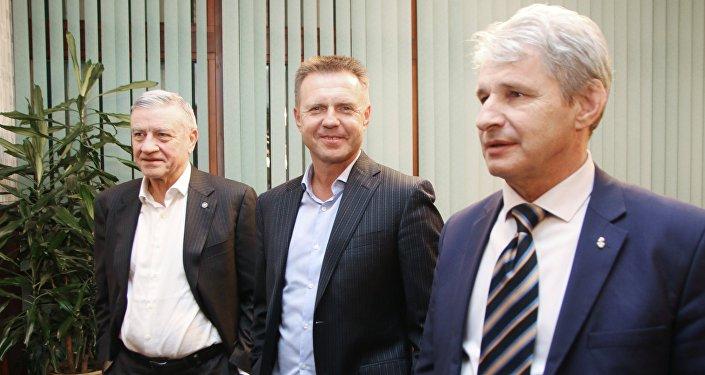 Aleksandr Krasilnikov al centro, insieme ai rappresentanti UEFA che si sono regati in visita in Crimea