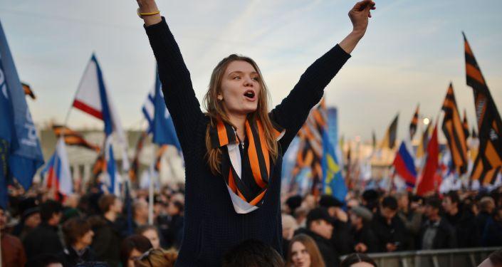 Una ragazza al concerto-comizio dedicato al primo anniversario dell'adesione della Crimea alla Russia.