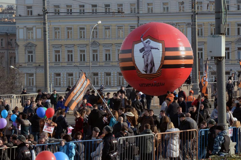 I colori del nastro di San Giorgio al concerto-comizio dedicato al primo anniversario dell'adesione della Crimea alla Russia.