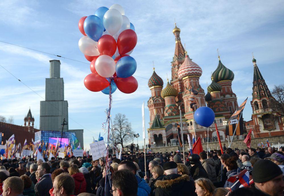 Il concerto-comizio dedicato al primo anniversario dell'adesione della Crimea alla Russia.