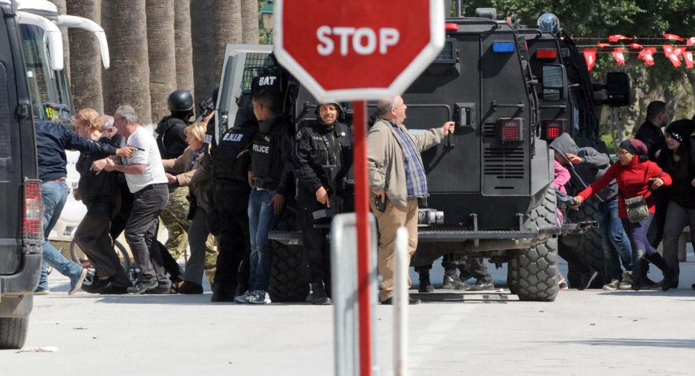 Evacuazione dei turisti dal museo del Bardo di Tunisi durante l'attacco terroristico del 18 marzo 2015