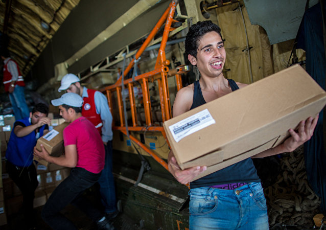 Ragazzi siriani ricevono aiuti umanitari da un cargo russo (foto d'archivio)
