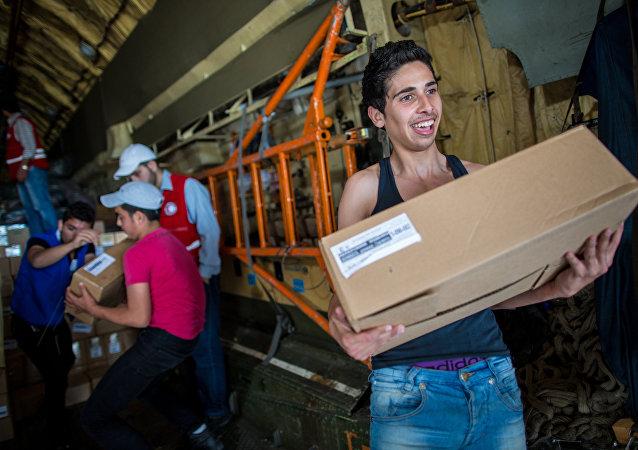 Ragazzi siriani ricevono aiuti umanitari russi (foto d'archivio)