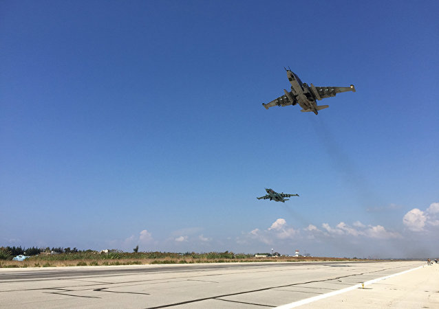 Due aerei d'attacco al suolo Su-25 decollano dalla base aerea di Hmeimim