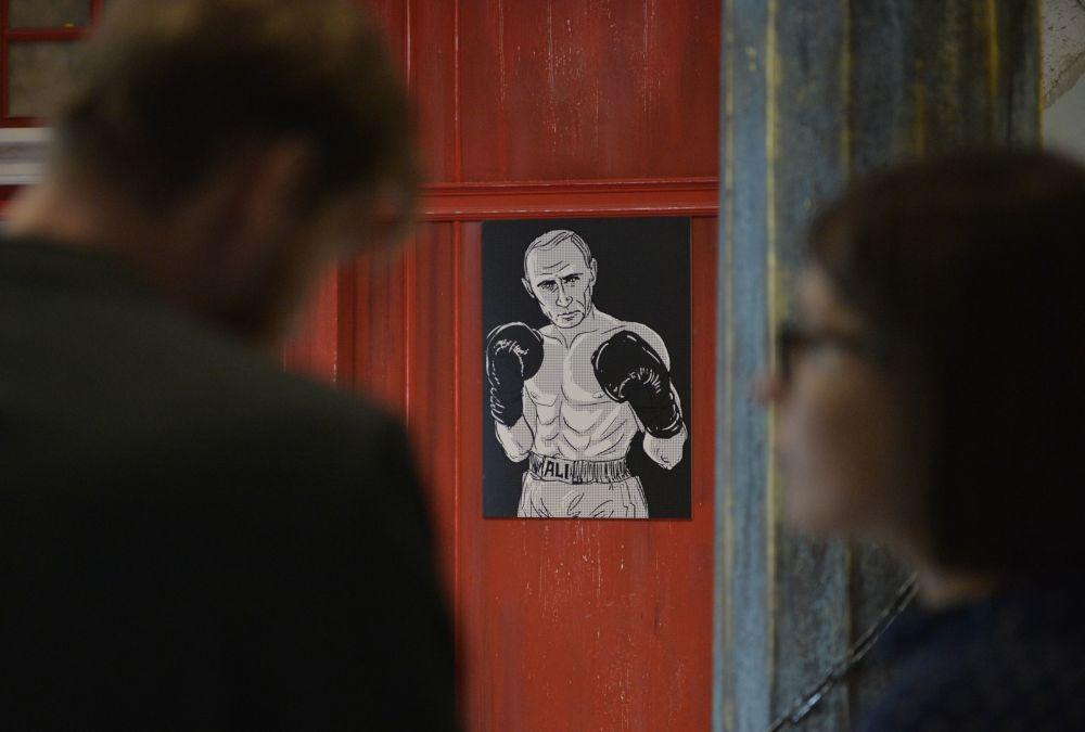 Il ritratto del presidente russo Vladimir Putin con il volto del pugile Muhammad Ali alla mostra Universo di Putin a Mosca.