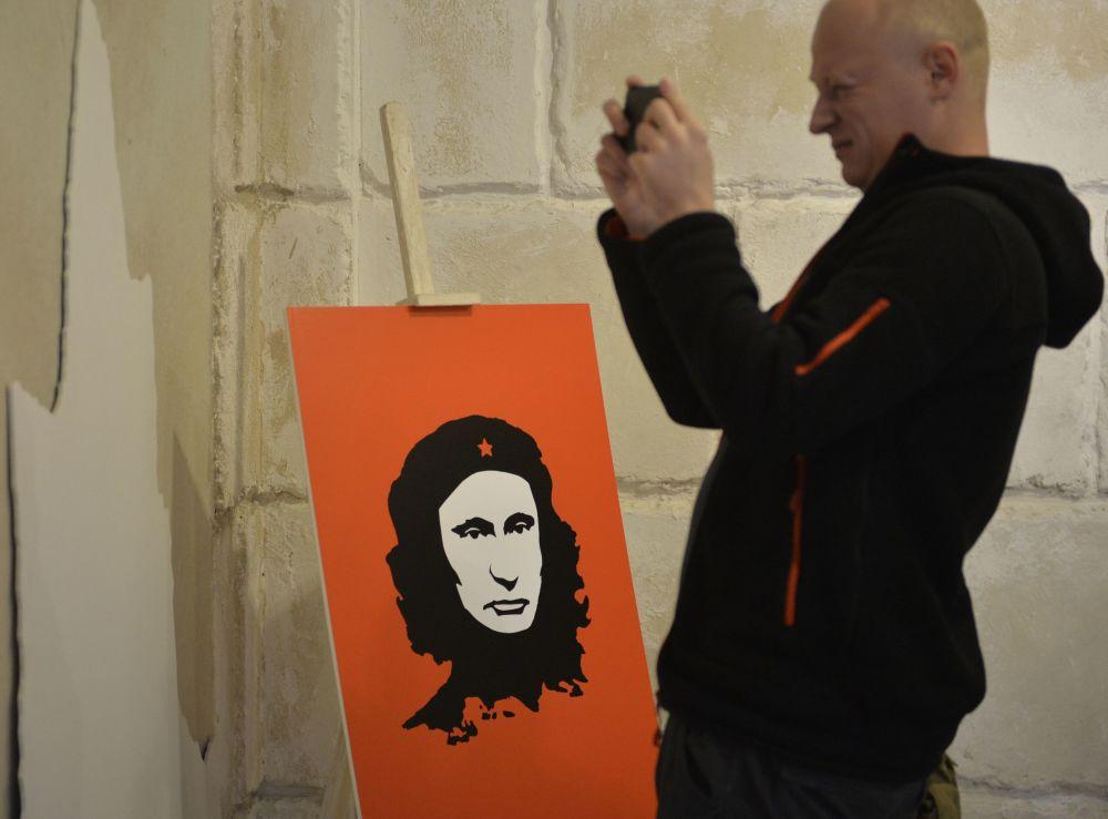 Il ritratto del presidente russo Vladimir Putin con il volto del rivoluzionario latino-americano Che Guevara alla mostra Universo di Putin a Mosca.