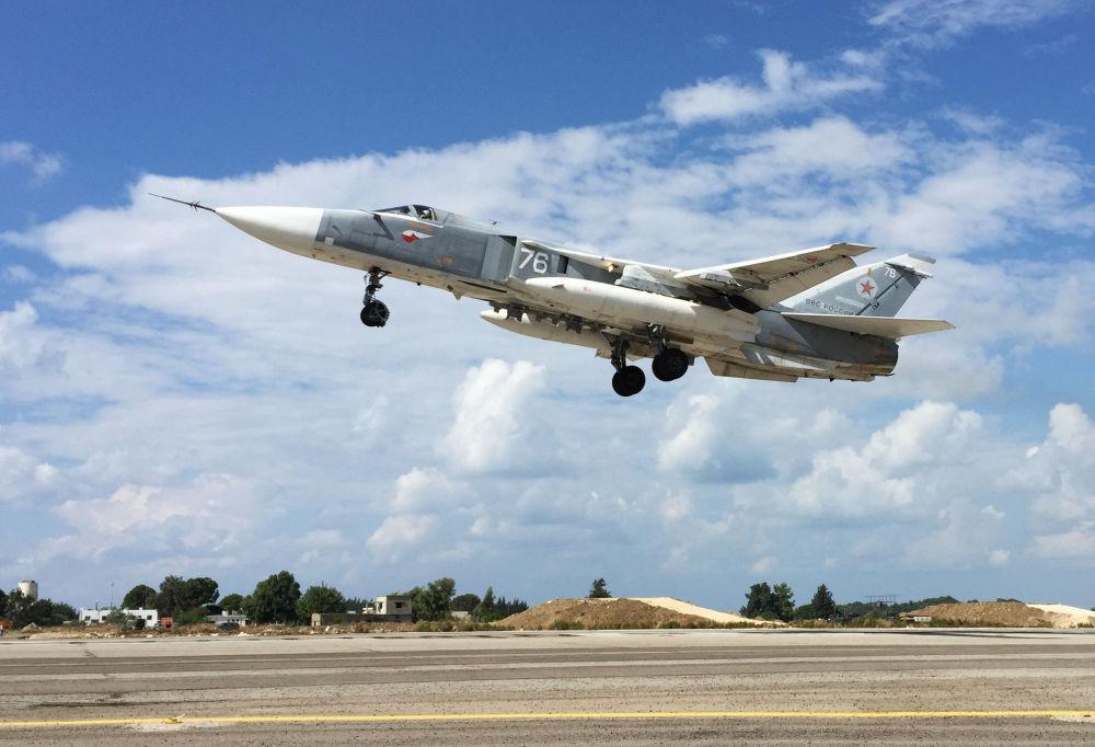 L'aereo russo Su-24 decolla dalla base aerea Hmeimim in Siria.