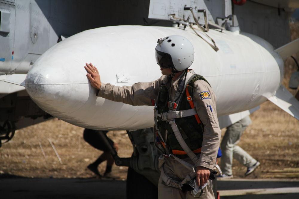 Un pilota russo prima del decollo del suo aereo in Siria.