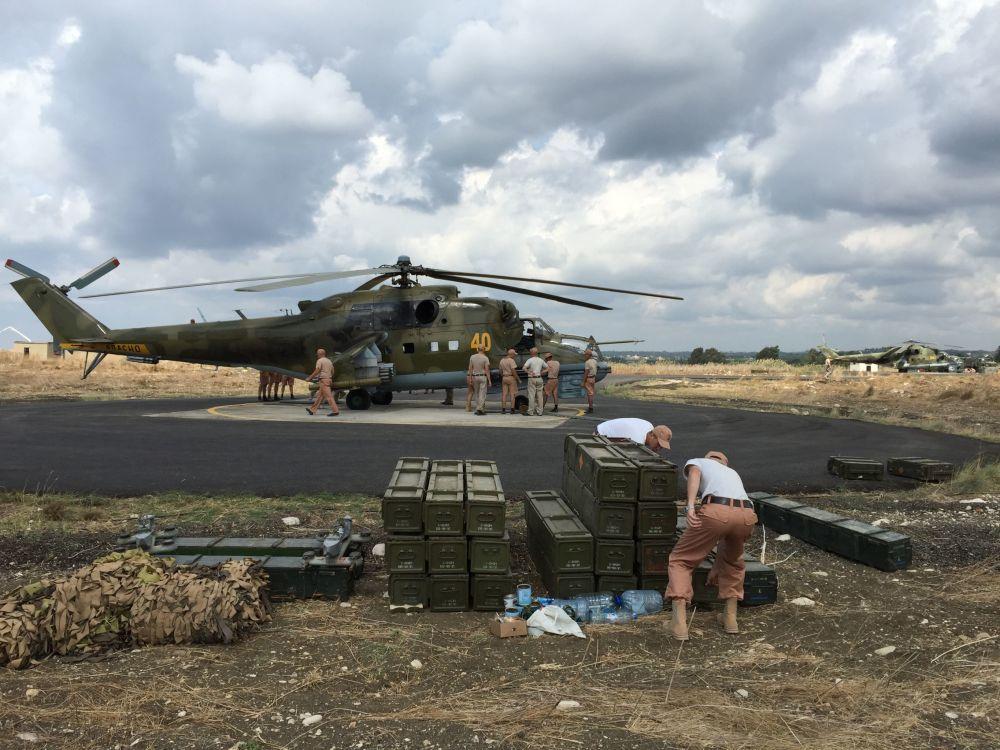 Gli aerei d'assalto russi Mi-24 decollano dalla base aerea di Hmeimim in Siria.