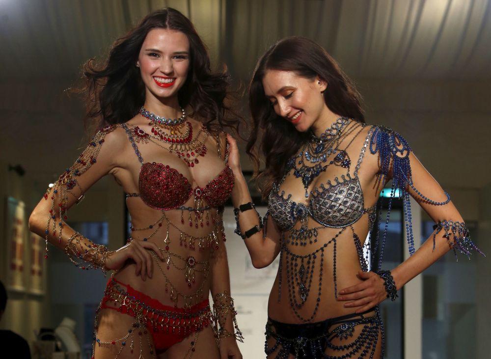 Le modelle durante la presentazione della nuova collezione di reggiseni da Victoria Secret in Singapore.