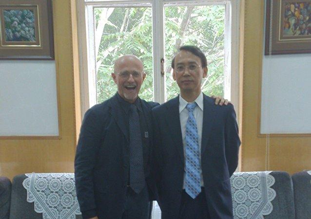 Chirurgo Sergio Canavero con il professore Xiaoping Ren
