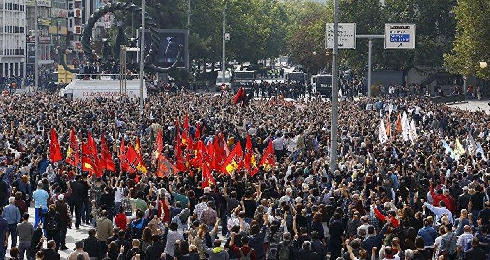La gente si riunisce su una piazza in commemorazione dell'attentato di Sabato