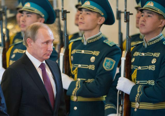 Vladimir Putin in visita in Kazakistan