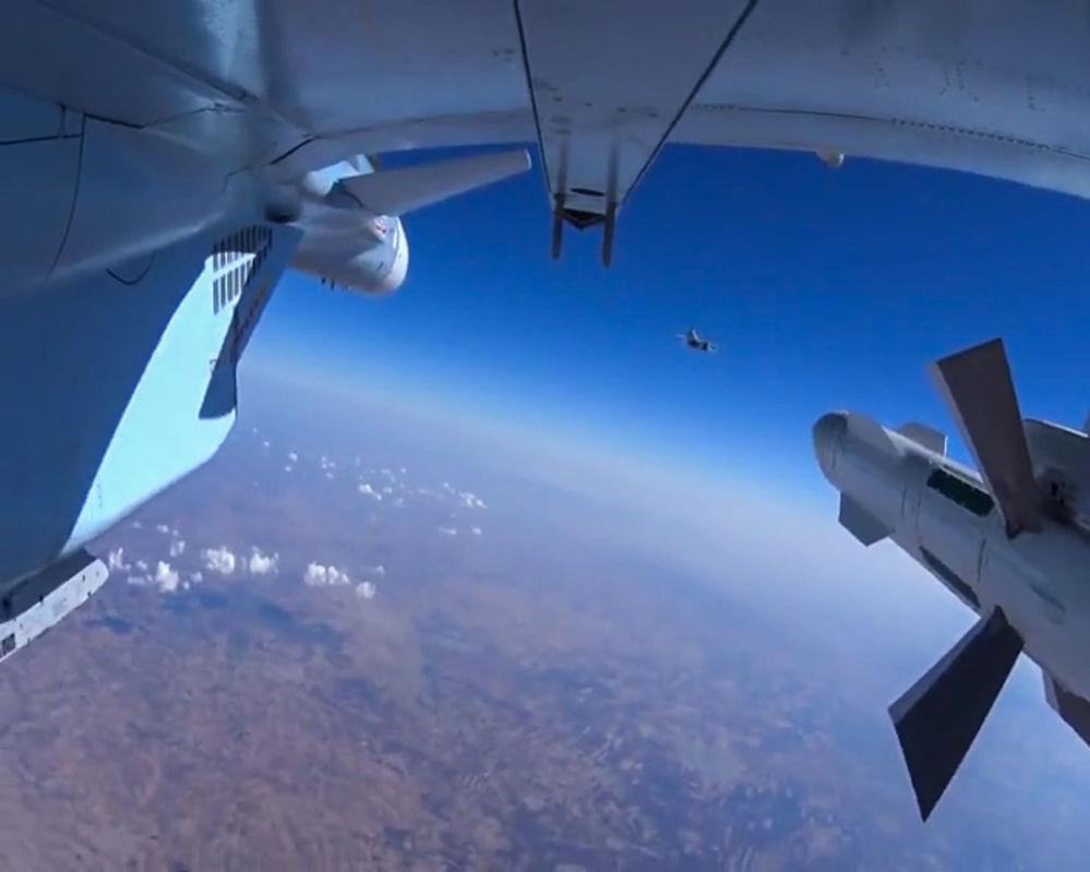 I caccia russi annientano l'ISIS dal cielo