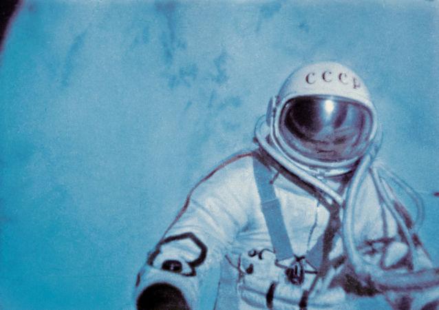 Aleksey Leonov nello spazio aperto.