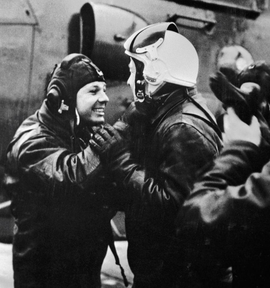 Yuri Gagarin si complimenta con Aleksey Leonov dopo il volo di prova sull'elicottero.