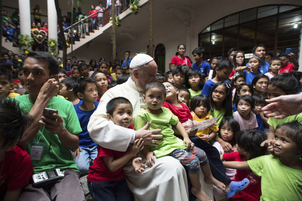 Papa Francesco con i bambini durante la visita a Manila.