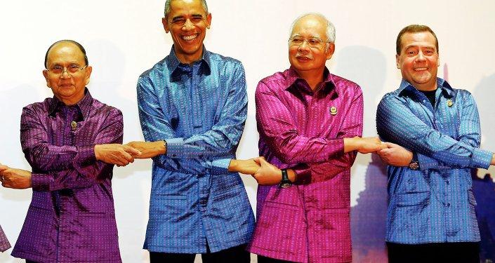 Il premier cinese Li Keqiang, il presidente della Birmania Thein Sein, il presidente USA Barack Obama, il premier malese Najib Razak ed il premier russo Dmitry Medvedev