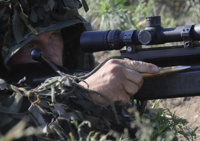 Soldato russo durante esercitazioni militari nella regione di Rostov (foto d'archivio)