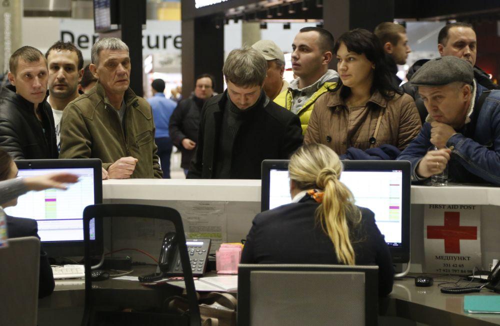 I parenti dei passeggeri del volo 9268 all'aeroporto di Pulkovo.