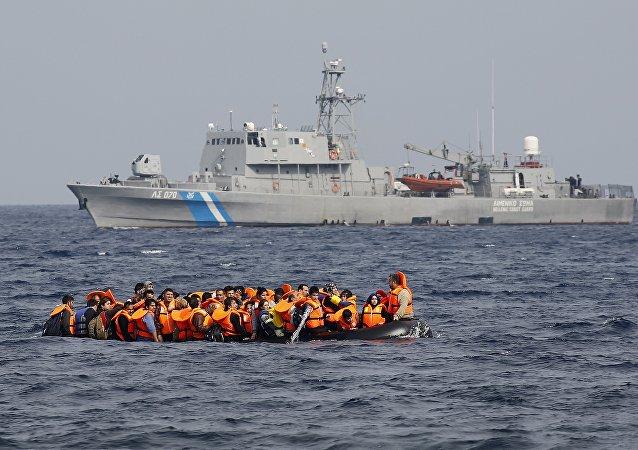 Rifugiati siriani chiedono aiuto ad una nave militare
