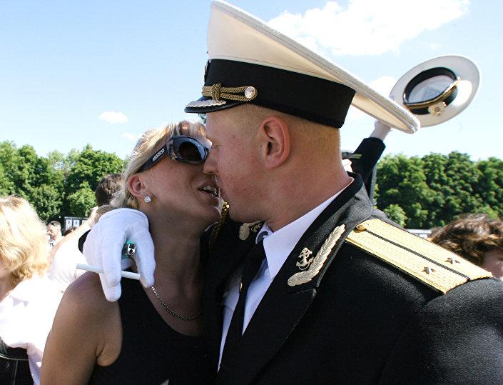 Un nuovo ufficiale della Flotta del Mar Nero russa festeggia con la sua amata