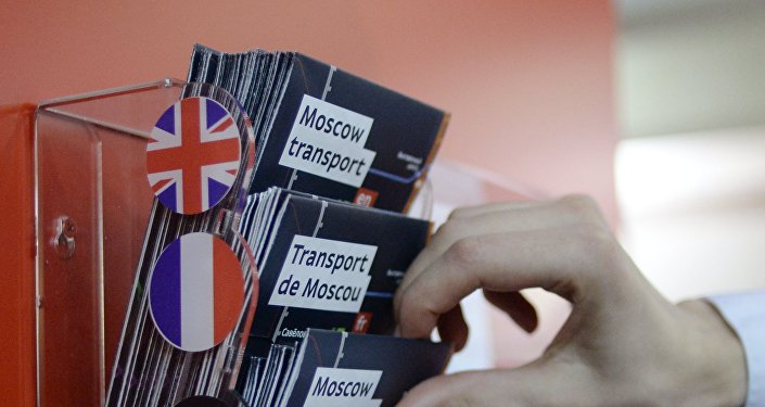 Indicazioni multilingue per i turisti a Mosca