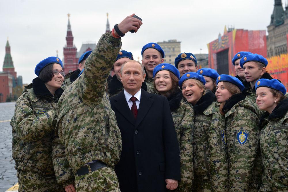 Il presidente russo Vladimir Putin fa una foto con gli allievi del centro patriottico-militare Vympel (Guidone) alla piazza Rossa.