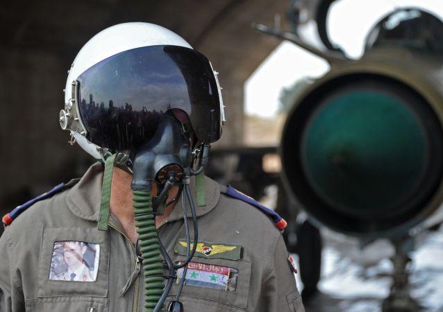 Pilota siriano alla base aerea di Hama (foto d'archivio)