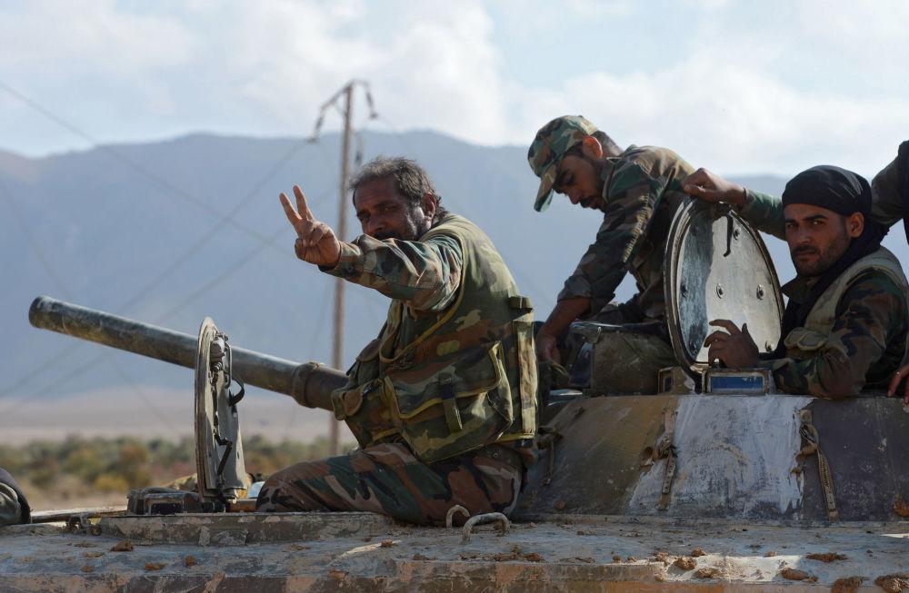 I soldati delle Forze Armate siriane a 20 km da Palmira.