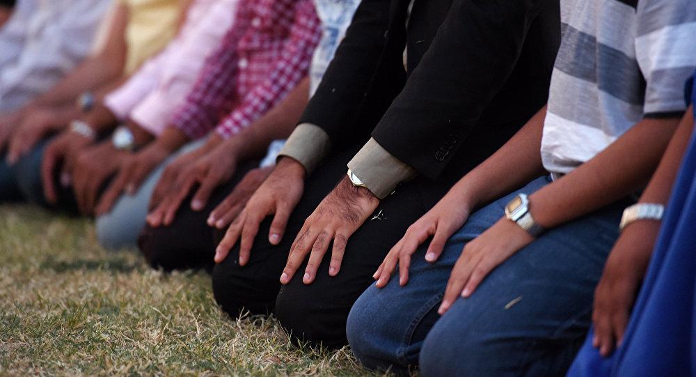 Musulmani in preghiera  (foto d'archivio)