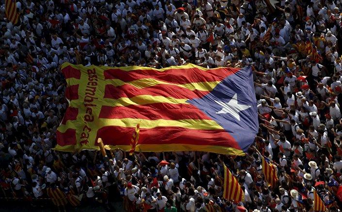 Indipendentisti catalani festeggiano dispiegando la estelada, la bandiera dell'autonomia catalana
