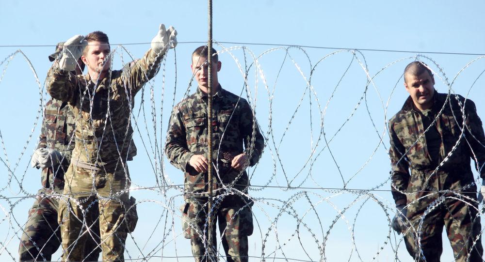 Militari sloveni al confine con la Croazia