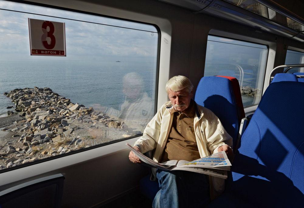 Un passeggero del treno espresso Lastochka seguente a Krasnaja Poljana nei pressi di Sochi.