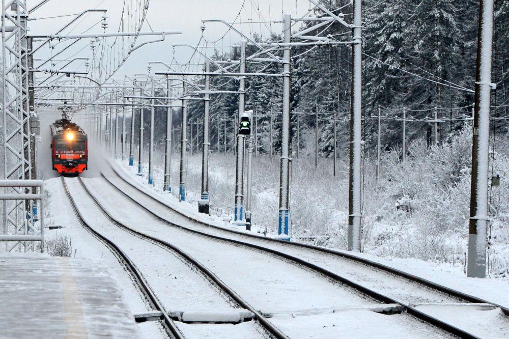 Un treno suburbano nei pressi di Mosca.