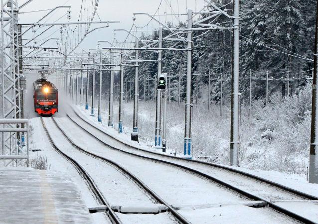 Un treno suburbano arriva alla stazione nei pressi di Mosca.