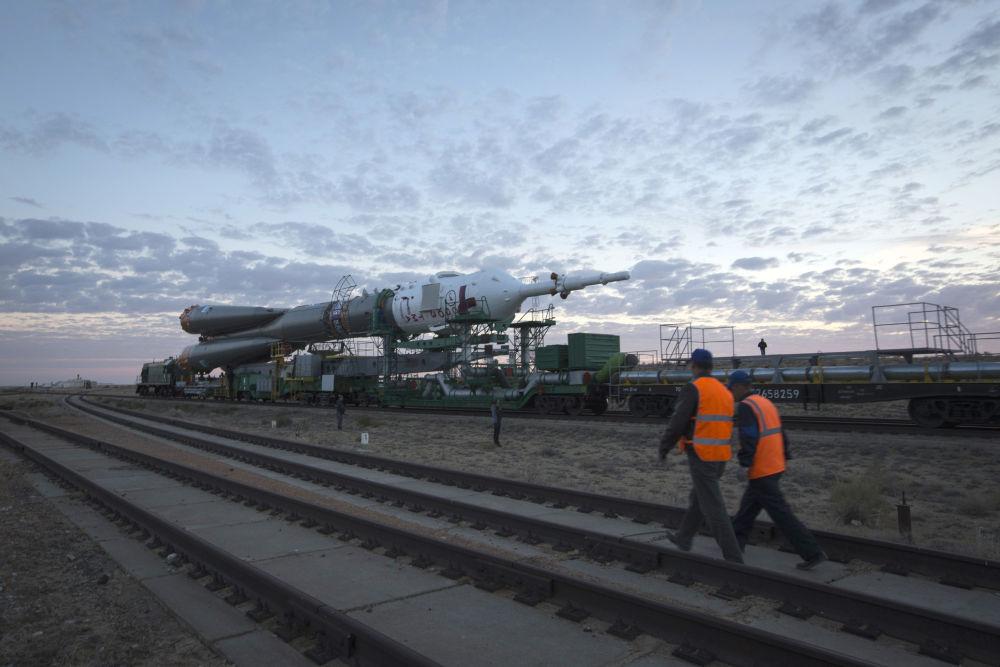 Due controllori camminano lungo la linea ferroviaria vicino al cosmodromo di Baykonur
