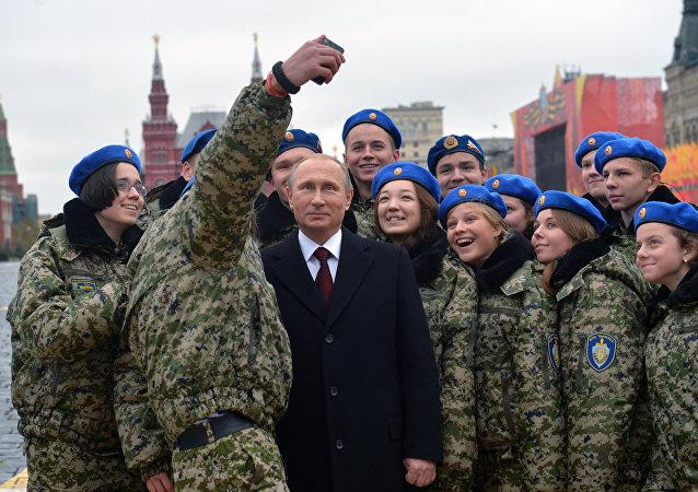Selfie insieme a dei giovani militari per Putin sulla Piazza Rossa