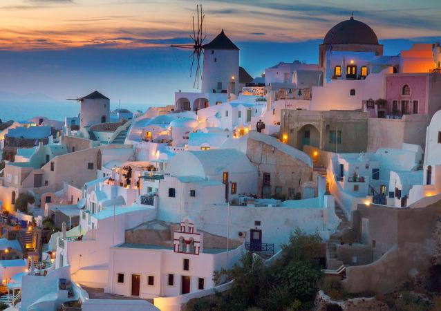 La veduta serale sull'isola Santorini nel mar Egeo in Grecia.