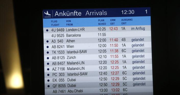 Il tabellone degli arrivi all'aeroporto di Dusseldorf
