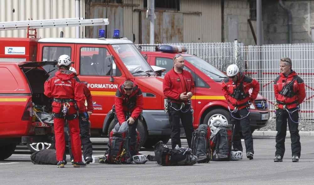 I vigili del fuoco francesi si preparano ad intervenire sul luogo dello schianto, nei pressi di Digne Les Bains nel sud della Francia