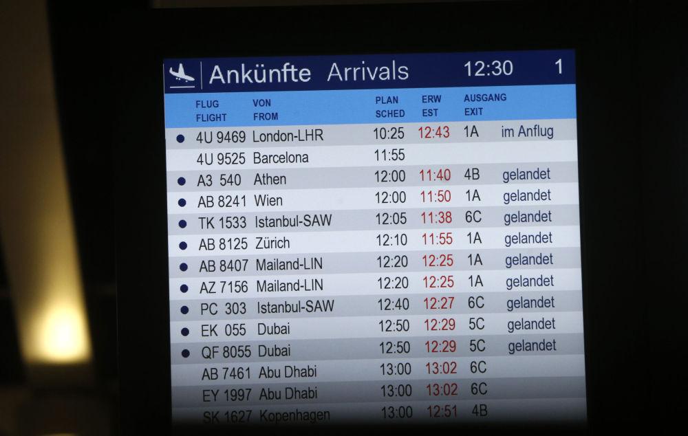 Il tabellone dei voli all'aeroporto di Dusseldorf